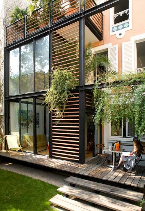 Une baie vitrée hors norme alliant poutres en métal et lamelles de bois